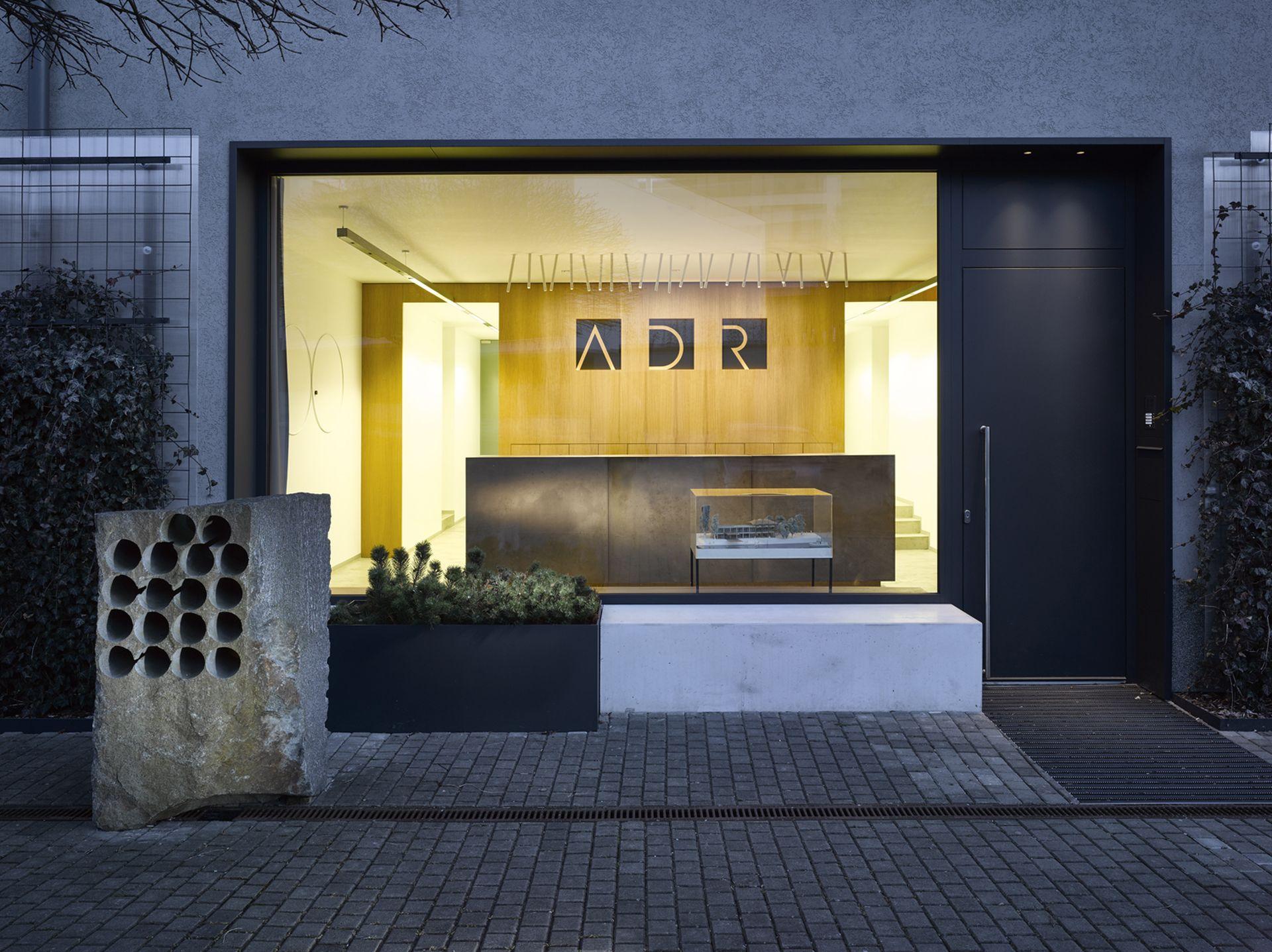 Recepční pult pro architektonické studio ADR